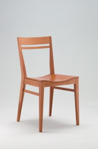 Moderna stolica od drva. Može se naručiti i u drugim bojama drva i sa drugim sjedištima.