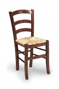 Klasična stolica izrađena od masivnog drva u boji oraha sa sjedištem od slame. Dimenzije 88 x 45 x 45 cm. Može se naručiti u različitim bojama drva, te sjedištima od slame ili drva.