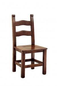 Klasična stolica izrađena od masivnog drva u boji oraha sa sjedištem od drva. Dimenzije 100 x 48 x 47 cm. Može se naručiti u različitim bojama drva, te sjedištima od slame ili drva.
