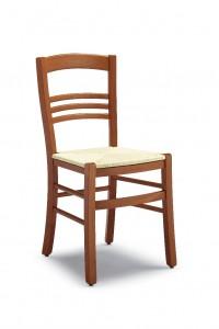 Klasična stolica izrađena od masivnog drva u boji trešnje sa sjedištem od slame. Dimenzije 86 x 48 x 42 cm. Može se naručiti u različitim bojama drva, te sjedištima od slame, tkanine ili drva.