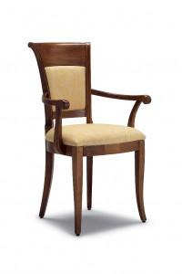 Klasična stolica sa rukonaslonima, izrađena od masivnog drva u boji oraha sa sjedištem i leđima u tkanini krem boje. Dimenzije 97 x 57 x 61 cm. Može se naručiti u različitim bojama drva i tkanina.