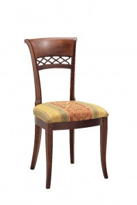 Klasična stolica izrađena od masivnog drva u boji oraha sa sjedištem u tkanini. Dimenzije 97 x 57 x 50 cm. Može se naručiti u različitim bojama drva i tkanina.