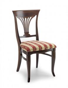 Klasična drvena stolica u boji oraha, sa sjedištem u tkanini. Može se naručiti i u drugim bojama drva te dugim vrstama i bojama tkanine.