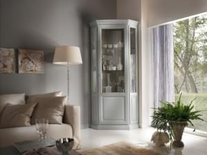 Klasična kutna vitrina izrađena od masivnog drva, lakirana u bijelu boju. Može se naručiti i u drugim bojama.