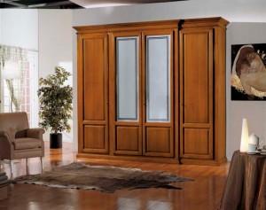 Klasični ormar sa četiri vrata u boji oraha izrađen od masivnog drva. Dvoje srednjih vrata su u kombinaciji sa staklom. Može se naručiti u drugim bojama drva, te drugim veličinama.