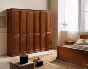 Klasični ormar sa šest vrata u boji oraha izrađen od masivnog drva. Može se naručiti u drugim bojama drva, te drugim veličinama.