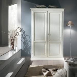 Klasični ormar sa dva vrata, lakiran u antik bijelu boju. Može se naručiti i u nekim srugim bojama i obradama.