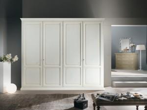 Klasični ormar sa četiri vrata, izrađen od masivnog drva, lakiran je u antik bijelu bju. Može se naručiti u drugim bojama i dimenzijama.