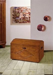 Klasična škrinja od drva sa detaljima od kovanog željeza. Može se naručiti i u različitim drugim bojama drva.