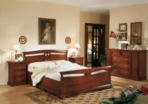 Klasična spavaća soba u boji oraha, izrađena od masivnog drva. Klasični krevet za dvije osobe, noćni ormarić sa ladicama i ladičar čine komplet ove klasične sobe. Može se naručiti u drugim bojama drva i drugim veličinama.