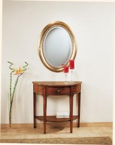 Klasična konzola sa jednom ladicom. Izrađena je od masivnog drva, farbana u boju oraha. U kombinaciji sa njom je ovalno ogledalo, bojano u srebrnu – zlatnu boju. Može se naručiti i u drugim bojama drva.