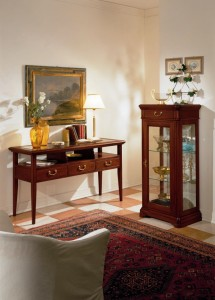 Klasična konzola sa 3 ladice i 3 otvora te gore staklom u kompletu sa klasičnom vitrinom koja ima jedna vrata i jednu ladicu. Može se naručiti i u različitim drugim bojama drva.
