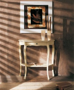 Klasična konzola sa jednom ladicom. Izrađena je od masivnog drva, u antik bijeloj boji. Može se naručiti i u drugim bojama drva.