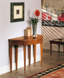Klasična konzola sa jednom ladicom. Izrađena je od masivnog drva, u boji oraha. Može se naručiti u drugim bojama drva.