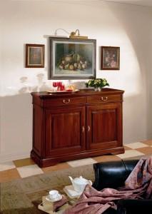 Klasična komoda sa dvije ladice i dva vrata, izrađena od masivnog drva u boji oraha. Može se naručiti u drugim bojama i veličinama.