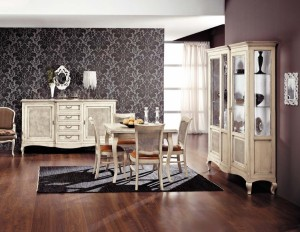 Klasična blagavaona izrađena od masivnog drva u antik bijeloj boji, sastoji se od klasične komode sa dva vrata i 4 ladica, klasične vitrine sa sva vrata, drvenim stolom, te četiri stolice u kompletu.