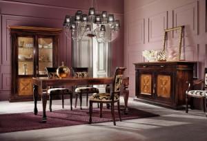 Klasična blagavaona izrađena od masivnog drva u boji svijetlog i tamnog oraha, sastoji se od klasične komode sa dva vrata i dvije ladica, klasične vitrine sa dva vrata, drvenim stolom, te drvenim stolicama u kompletu.