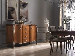 Klasična komoda sa ladicama izređena od masivnog drva, u boji oraha sa srebrno tapkanim detaljima. Može se naručiti i u drugim bojama.