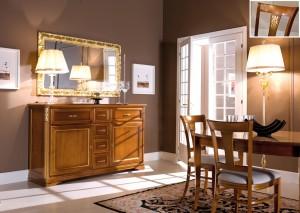 Klasična komoda sa ladicama, bojana u boju oraha sa zlatnim detaljima, u kompletu je klasično ogledalo tapkano sa zlatnim listićima, te klasični ovalni stol na razvlačenje u boji oraha, sa klasičnim stolicama sa sjedištem u tekstilu bijele boje. Svi se artikli mogu izabrati i u drugim bojama.