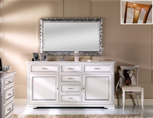 Klasična komoda izrađena od masivnog drva, lakirana je u bijelu boju sa srebrnim detaljima,. Komoda ima dva vrata i šest ladiva. U kompletu je klasično ogledalo tapkano sa srebrnim listićima. Sve se može naručiti i u drugim bojama.