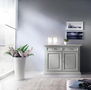 Klasična komoda sa dva vrata i dvije ladice, izrađena je od masivnog drva i bojana u bijelu boju. Može se naručiti i u drugim bojama.