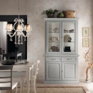 Klasična vitrina sa dole dva vrata i dvije ladice, te gore dva staklena vrata. Izrađena od masivnog drva, lakirana je u bijelu boju. Može se naručiti i u drugim bojama.