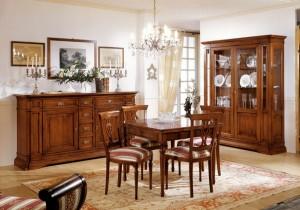 Klasična ručaona izrađena od masivnog drva u boji oraha, sastoji se od klasične komode sa dva vrata i 6 ladica, klasične vitrine sa sva vrata, stolom sa mogućnosti razvlačenja, te četiri stolice u kompletu.