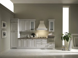 DOROTHY - klasična kuhinja sa drvenim vratnicama dužine 360 cm. Doljnji elementi kuhinje: kolona za ugradbeni frižider i zamrzivač, sudoper sa 2 vrata, mjesto za ugradbenu perilicu posuđa, element za ploču za kuhanje sa 3 ladice i uzvišeni element sa ladicom za pećnicu. Gornji viseći elementi: element sa 3 vrata iznad sudopera, viseći element sa staklom, napa i još jedan element sa staklom. Iznad visećih elemenata je dodana ukrasna stilska lajsna. Na radnoj površini visine 4 cm., koja je otporna na toplo, hladno, ogrebotine i vodu, smješten je sudoper sa dvije rupe i slavina, a ispod nape ploča za kuhanje sa 5 plina. Na baznom uzvišenom elementu sa ladicom je ubačena pećnica u klasičnom stilu. Moguća izrada po mjeri sa velikim izborom elemenata, radnih ploča i ručkica. Kuhinja se proizvodi u antik bijeloj, crvenoj, plavoj i zelenoj boji.