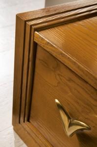 Detalj Tv komode u boji hrasta sa zlatnom ručkicom. Može senaručiti u različitim drugim bojama i završnim obradama, te drugim ručkicama.