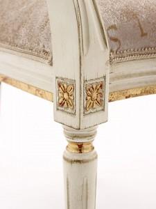 Detalj klasične drvene stolice, lakirane u bijelu boju sa patinom i detaljima tapkanim sa zlatnim listićima. Može se naručiti u drugim bojama i drugim detaljima.