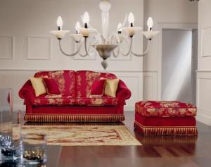 Klasični dvosjed i tabure u tkanini, koji ima velike mogučnosti slaganja u različitim veličinama. Sjedeći jastuci imaju mogućnost skidanja tkanine radi lakšeg održavanja. Veliki izbor tkanina, te mogućnost kombinacije boja bez nadoplate. U kompletu sa klasičnim dvosjedom i tabureom, mogu se naručiti klasični trosjed i klasična fotelja.