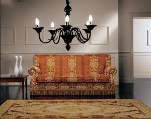 Klasični trosjed u tkanini, koji ima velike mogučnosti slaganja u različitim veličinama. Sjedeći jastuci imaju mogućnost skidanja tkanine radi lakšeg održavanja. Veliki izbor tkanina, te mogućnost kombinacije boja bez nadoplate. U kompletu sa trosjedom mogu se naručiti i klasični dvosjed, klasična fotelja, tabure ili klasična kutna garnitura.