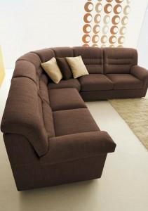 Klasična sjedeća garnitura u tkanini, koji ima velike mogučnosti slaganja u različitim veličinama. Sjedeći jastuci imaju mogućnost skidanja tkanine radi lakšeg održavanja. Veliki izbor tkanina, te mogućnost kombinacije boja bez nadoplate. U kompletu sa klasičnom kutnom garniturom mogu se naručiti i klasični trosjed, fotelja, klasični dvosjed i klasični tabure.
