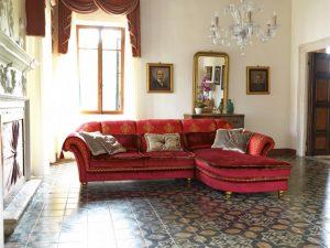 Klasična sjedeća garnitura u tkanini, koji ima velike mogučnosti slaganja u različitim veličinama. Sjedeći jastuci imaju mogućnost skidanja tkanine radi lakšeg održavanja. Veliki izbor tkanina, te mogućnost kombinacije boja bez nadoplate. U kompletu sa klasičnom kutnom garniturom mogu se naručiti klasični trosjed, fotelja, klasični dvosjed i klasični tabure.