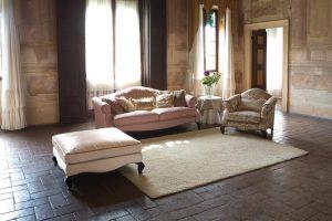 Klasični trosjed, fotelja i tabure u tkanini, koji ima velike mogučnosti slaganja u različitim veličinama. Sjedeći jastuci imaju mogućnost skidanja tkanine radi lakšeg održavanja. Veliki izbor tkanina, te mogućnost kombinacije boja bez nadoplate. U kompletu sa klasičnim trosjedom, foteljom i tabureom, mogu se naručiti klasični dvosjed.