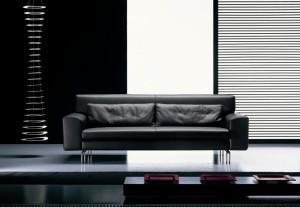 Moderna sjedeća garnitura u tkanini, koji ima velike mogučnosti slaganja u različitim veličinama. Cijela garnitura ima mogućnost skidanja tkanine radi lakšeg održavanja. Veliki izbor tkanina, te mogućnost kombinacije boja bez nadoplate. U kompletu sa modernom kutnom garniturom mogu se naručiti i moderni trosjed, fotelja, moderni dvosjed i moderni tabure.