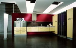 EVOLUZIONE 3 - moderna kuhinja od hrasta, sa velikim mogučnostima slaganja elemenata. Na slici je prikazana kuhinja sa dvije manje kolone za ugradbene pećnice ispod koji su ladice, do njih je ploča za kuhanje sa napom te sudoper u baznim visećim elementima. Na desnom zidu su kolone kao spremište u kombinaciji vratnice sa staklom. Vratnice kuhinje su u krem boji, dok su struktura i radna ploča u wenge boji. Kuhinja po mjeri za sve prostore i sve veličine.