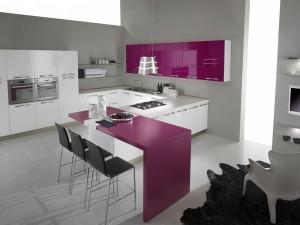 INES - moderna kuhinja od mediapana, sa velikim mogučnostima slaganja elemenata. Nas slici je prikazana kuhinja visoki sjaj u kombinaciji bijele i fuksija boje. Kuhinja je napravljena po mjeri prostora u kutnoj verzji sa kolonama za frižider i pećnicu s ljeve strane, ravno je sudoper i perilica posuđa, dok je sa desne strane ploča za kuhanje. Iza radne površine nadovezuje se stol za blagavaonu u fuksija boji, kojim se boja spaja sa visećim elementima u istoj boji, dok je sve ostalo bijele boje.
