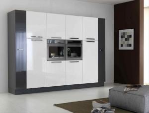 Moderna kuhinja od mediapana bojana u sjajno bijelu sa kombinacijom sive boje. Sastoji se od 6 kolona, od kojih su ljeva i desna završna u sjajno sivoj boji. Kolone su namjenjene za ugradbene pećnice, ugradbene frižidere i zamrzivače.