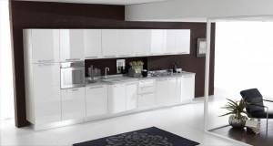 Moderni regal od mediapana, bojan u sjajno bijelu boju. Sastoji se od visećih zidnih elemenata ispod koji su ugrađena neonska svijetla.