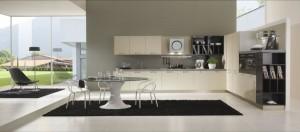 JESSICA - moderna kuhinja od melamina debljine 18 mm., sa velikim mogučnostima slaganja elemenata. Nas slici je prikazana kuhinja u vratnicama krem boje. Kuhinja je napravljena po mjeri prostora u kutnoj verzji sa kolonom za frižider i pećnicu s desne strane, dok je s ljeve strane sudoper i perilica posuđa te ploča za kuhanje sa napom. Bočna je strana završena sa bibliotekom od istih materijala i boja.