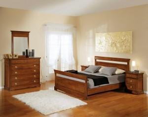 Klasična spavaća soba u boji oraha, izrađena od masivnog drva. Noćni ormarić sa tri ladice, klasični krevet za dvije osobe, komoda sa pet ladica i ogledalom u kompletu, su elementi koji čine komplet ove klasične sobe. Može se naručiti u drugim bojama drva.
