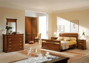 Klasična spavaća soba u boji oraha, izrađena od masivnog drva. Noćni ormarić sa tri ladice, klasični krevet za dvije osobe, komoda sa pet ladica i ogledalom u kompletu, klasični ormar sa četiri vrata te ukrasna drvena stolica su elementi koji čine komplet ove klasične sobe. Može se naručiti u drugim bojama drva i drugim veličinama.