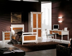 Klasična spavaća soba sa krevetom za jednu osobu. Izrađena je od masivnog drva, bojana u antik bijelu boju u kombinaciji sa svijetlim orahom. Nočni ormarić sa tri ladice, ormar sa dva krila, te pisaći stol sa pet ladica i stolicom u kompletu, su elementi koji čine komplet ove klasične sobe.