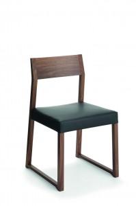 Moderna stolica od drva sa sjedištem u koži. Može se naručiti i u drugim bojama drva i sa drugim sjedištem.