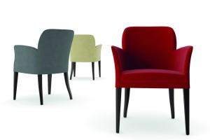 Moderna stolica sa drvenim nogama, presvučena u teksil . Može se naručiti i u drugim bojama drva i sa drugim bojama i vrstama tekstila.
