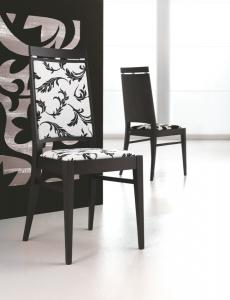 Moderna stolica od drva. Sjedište i leđa u materijalu, te druga sa sjedištem u materijalu i leđima u drvu. Mogu se naručiti i u drugim bojama drva te materijalima različitih boja i uzoraka.