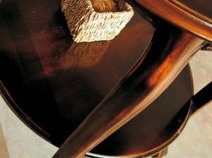 Detalj noge stolića od drva u boji oraha. Može se naručiti i u različitim drugim bojama.