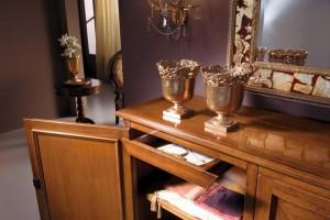 Unutrašnjost klasične komode, gdje se vidi ladica sa policom, te završna obrada boje.