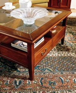 Klasični stolić sa 4 ladice i gore staklom, izrađen od drva u boji oraha. Može se naručiti i u različitim drugim bojama drva.